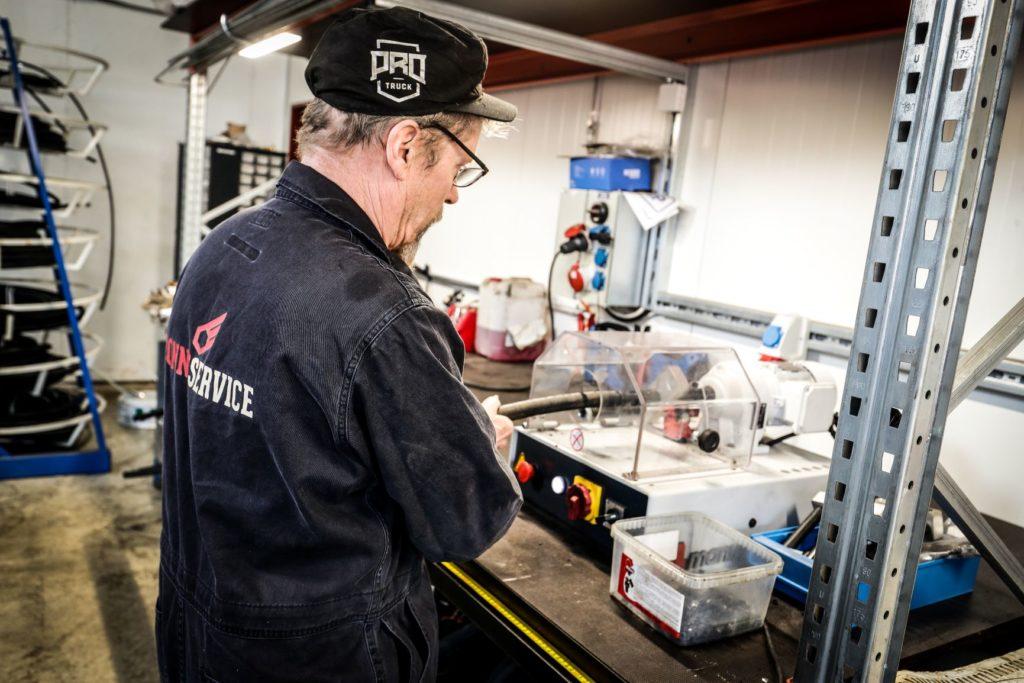 Hydrauliikkaletkua tehdään Konneservicen hydrauliikkahuollossa