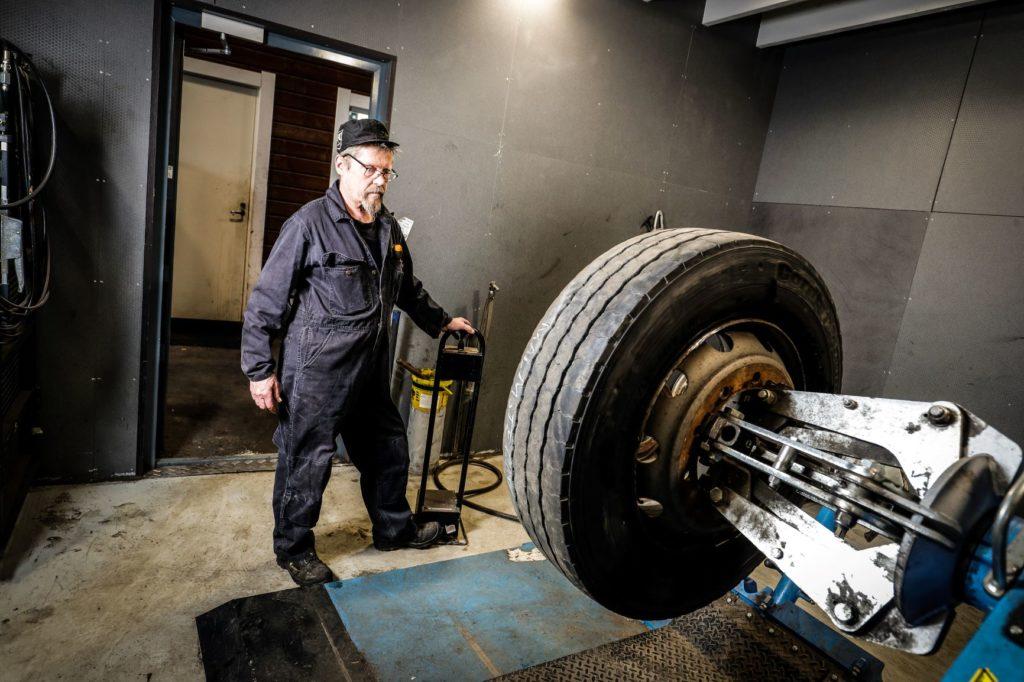Kuorma-auton renkaanvaihto vanteelle rengaskoneella