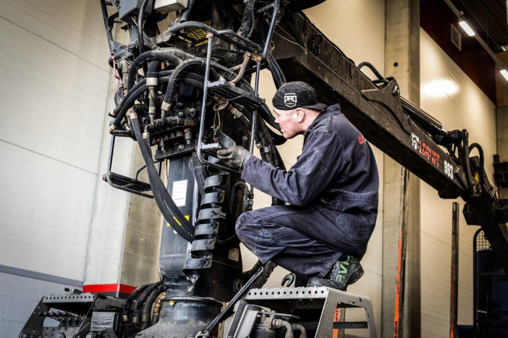 Tukkinosturi korjattavana hydrauliikkahuollossa