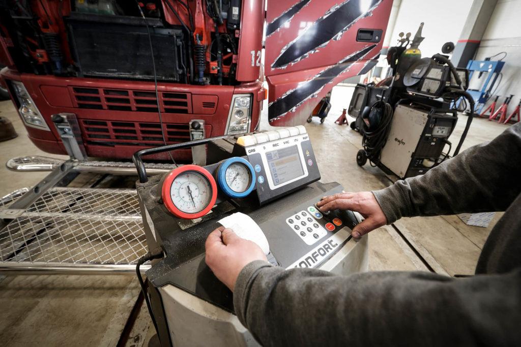 Rekan ilmastointihuolto: kuorma-auto, asentaja ja ilmastontihuoltolaite