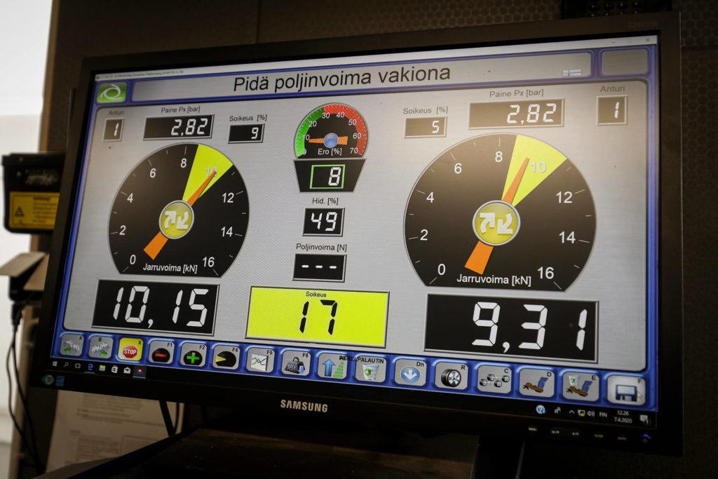 Katsastukset raskaan kaluston jarrudynamometri jarrujen testaus menossa: jarruvoiman mittaus